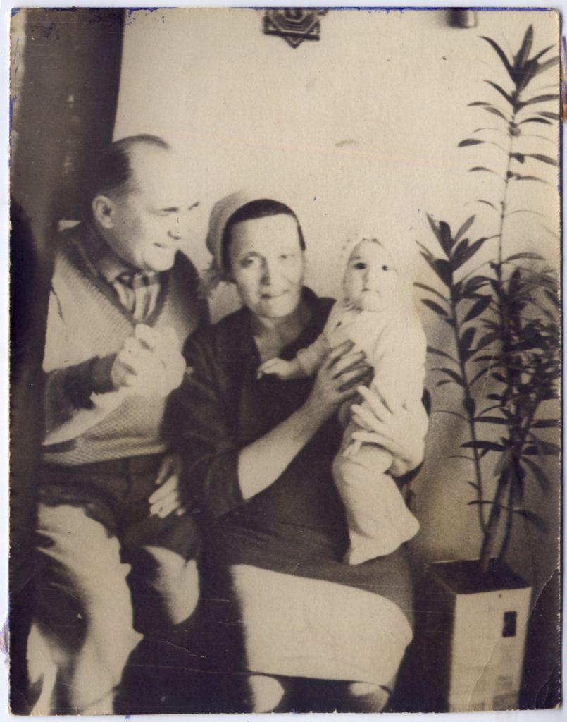 Фисенко Василий Иосифович и Лидия Алексеевна с внуком Михаилом Юрьевичем